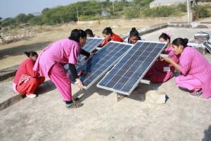 Honduranska kvinnor bygger solpaneler. Photo: UNDP Honduras